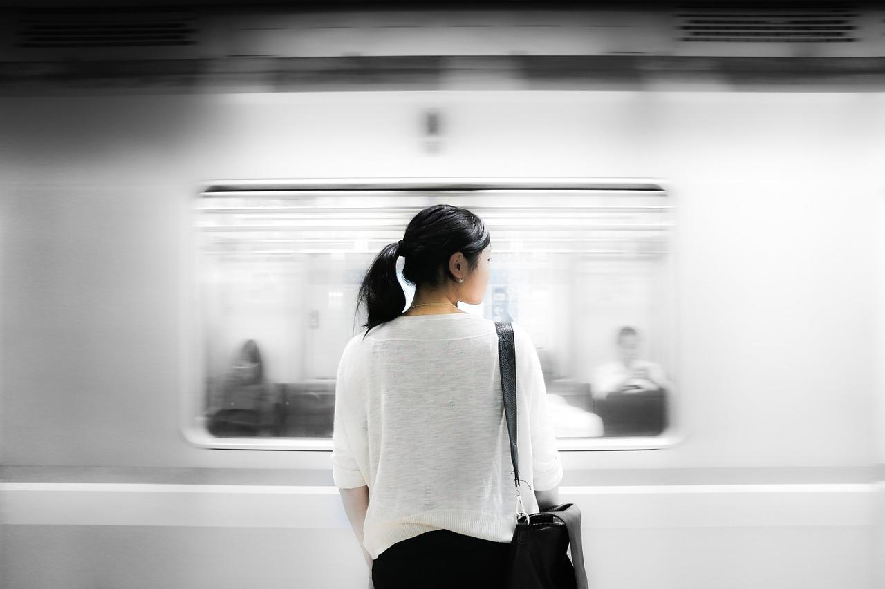 電車と女性