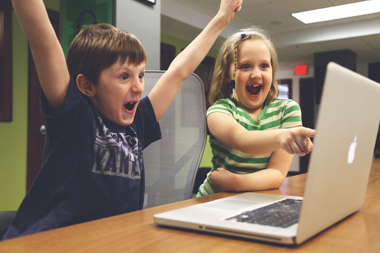 パソコンを使う子ども