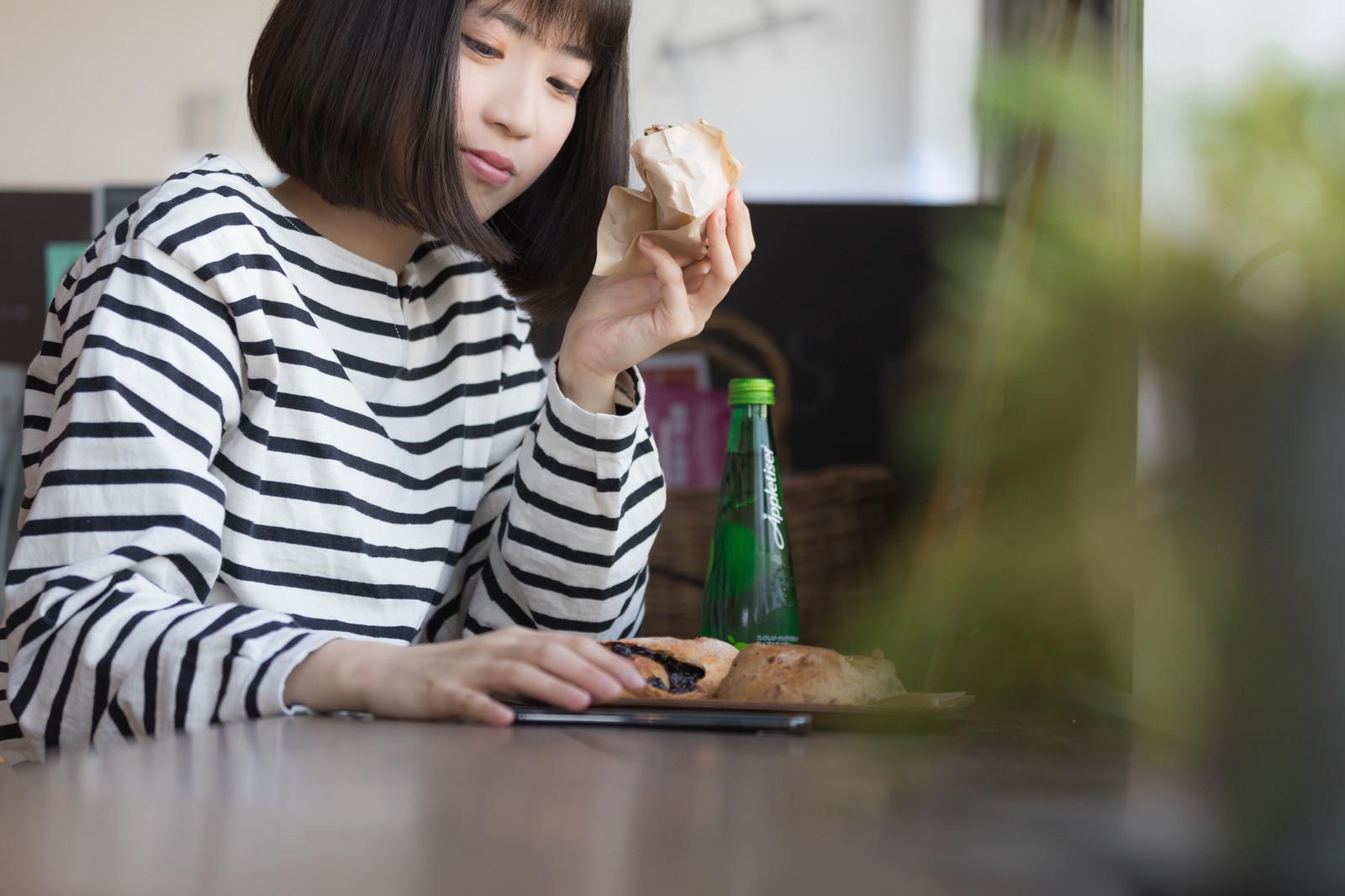 パンを食べる女子
