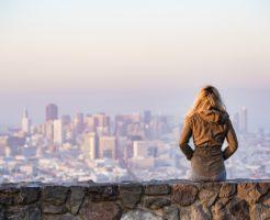 都市をながめる女性